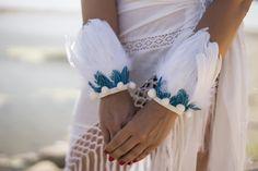PULSERA PLUMA BLANCA GANSO CON FAISA LAGOON Pulsera hecha a mano con plumas naturales de ganso blanco y faisan azún Lagoon. Puede utilizarse de brazalete, pulsera o tobillera, así como el adorno ideal para cualquier sandalia.PULSERA PLUMA BLANCA GANSO CON FAISA LAGOON