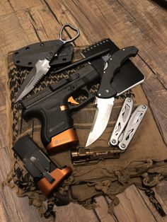 GOOD POCKET KNIVES:Finding really good pocket knives for EDC, self defense, hunting or tactical training isn't easy with all the sale hype. Edc Tactical, Tactical Knives, Benchmade Knives, Survival Gear, Survival Skills, Survival Hacks, Protection Rapprochée, Everyday Carry Gear, Best Pocket Knife