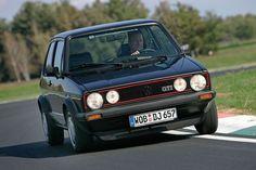 1983 tauchte mit dem Pirelli-Golf die erste GTI-Sonderedition auf. Mit 1,8-Liter-Motor und 112 PS. Damals mit ausreichend PS, würde die Kompaktsportwagen-Meute heute nur so über ihn herfallen. Getunt nebelt der GTI Pirelli sie aber ein.