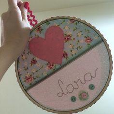 Quadrinho de bastidor para menina. Bordado livre com aplicação de patchwork. Tecido floral.