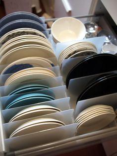 お皿を立てて収納したら、すごく取り出しやすいはず。と思い続けて数年。ビフォー画像。なかなか決断出来なかったのは、重ねた時の見た目がスキだったのもあり、立て...