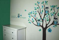 Babykamer boom op spachtelputz met grappige muurtekst voor in een jongenskamer.