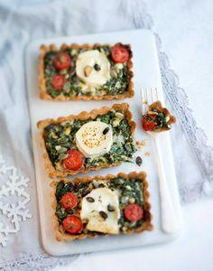 Lehtikaali-juustopiiras on tehty gluteenittomasta jauhoseoksesta, mutta voit myös valmistaa sen tavallisista vehnäjauhoista. Tarjoile maistuva lehtikaali-juustopiiras vaikkapa glögijuhlissa.1. Nypi ja...