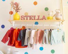 Esse quartinho foi feito pela Izabella @izabellasvpe para sua baby Stella! Estamos apaixonadas pelo ambiente claro, colorido e recheado de detalhes ricos em amor! Mamys usou adesivo de BOLAS COLORIDAS, lençol roxo liso, fronha KILIM ROSA e lençol TRI ROSA da Mooui para colorir o cantinho! #quartodemenina #quartinho #decor #kidsroom #colorful