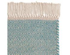 Unser Teppich 'Kendwa' aus hochwertiger Schurwollewird von unseren Partnern in Indien unter besondersfairen Arbeitsbedingungen liebevoll von Hand verwoben. Ausgezeichnet mit demCare