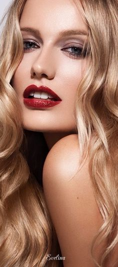 -Red lips - Soft smoky eyes. Gorgeous.