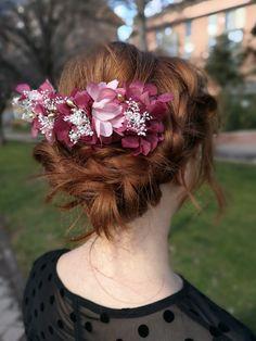 Peineta de flores Miss Daisy con hortensias preservadas y paniculata. Sé la invitada perfecta y utilízala a modo de semicorona, diadema o con un recogido lateral /// Cinturones de flores, cinturón de flores, complementos, invitada, invitadas, Miss Daisy, tocados, pamelas