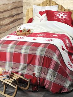 Hearts and snowflakes Saas Fee, Deco Studio, Log Home Interiors, Lodge Style, Log Homes, Comforters, Bedroom Decor, Cabin, Inspiration