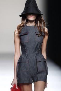 Mono de vestir de la colección primavera/verano 2014 de Juanjo Oliva en Madrid Fashion Week