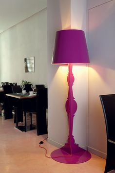Demì becomes a decorative element for corners and walls, a fresh look at the forms of traditional floor lamps.