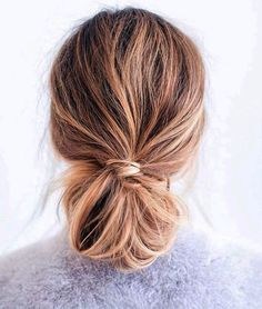 Aprenda como deixar o seu cabelo menos oleoso. Uma dica são os coques, que disfarçam a oleosidade e ainda evitam que você passe a mão no cabelo o tempo todo.