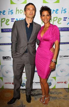 After her split with her model boyfriend and the father of her daughter, Nahla, Gabriel Aubrey, Halle Berry began dating French actor Olivier Martinez. Hot Couples, Famous Couples, Couples In Love, Famous Women, Mixed Couples, Interracial Celebrity Couples, Interracial Family, Biracial Couples, Mature Interracial