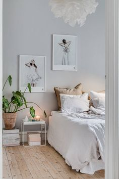 Such a serene bedroom 😊 Home Decor Styles, Cheap Home Decor, Serene Bedroom, Calm Bedroom, Minimalist Bedroom, Home Decor Bedroom, 60s Bedroom, Bedroom Signs, Decor Room