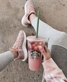 healthy starbucks drinks Starbucks drinks are often full of sugar. So here are 11 low-sugar and low-cal healthier Starbucks drinks for you to try out on your next order! Starbucks Hacks, Starbucks Frappuccino, Copo Starbucks, Bebidas Do Starbucks, Healthy Starbucks Drinks, Starbucks Secret Menu Drinks, Starbucks Recipes, Yummy Drinks, Sugar Free Starbucks Drinks