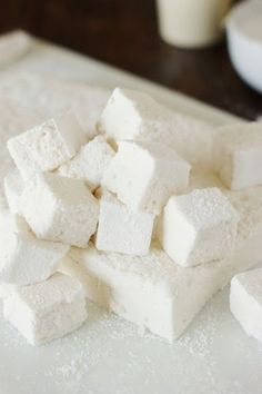 Homemade Marshmallows ~ their ultra-fluffiness is TOTALLY a treat worth the homemade time & effort! Köstliche Desserts, Desserts To Make, Christmas Desserts, Christmas Baking, Delicious Desserts, Dessert Recipes, Yummy Food, Christmas Candy, Xmas