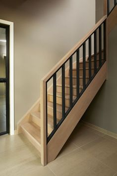 Eiken trap met houten balusters in beuk zwart gemaakt