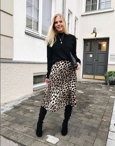Leo dress is amazing - ChicLadies. Skirt Outfits, Chic Outfits, Fall Outfits, Fashion Outfits, Womens Fashion, Trendy Outfits, Work Fashion, Modest Fashion, Fashion Looks