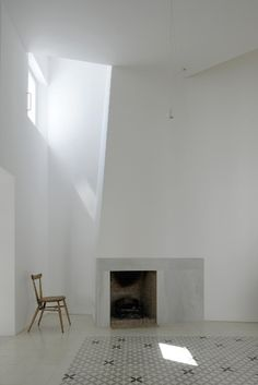 White Fireplace with Monaco-style carpet - Dream House Arch Interior, Interior And Exterior, Sombra E Penumbra, Architecture Details, Interior Architecture, Residential Architecture, Contemporary Architecture, Cadaques Spain, White Fireplace