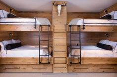 Super Small Kids Room With Bunkbeds Double Bunk Ideas Bunk Bed Rooms, Bunk Beds Built In, Cool Bunk Beds, Bunk Beds With Stairs, Kids Bunk Beds, Double Bunk Beds, Bed Stairs, Chalet Design, Chalet House