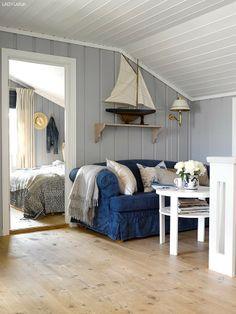 Jotun-Lady-nyoppusset-hytte-30 Lakeside Cottage, Beach Cottage Style, Coastal Cottage, Coastal Homes, Beach Chic Decor, Beach House Decor, Home Decor, Seaside Decor, Swedish Cottage