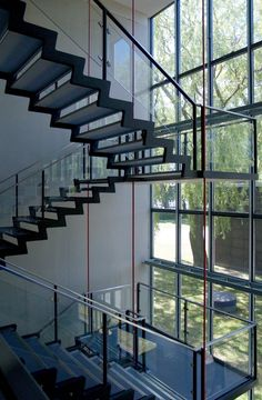 A great staircase design will easily turn your home decor into a modern haven! Check out these beautiful modern staircase design ideas that combine both style and efficiency.