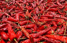 Most of the health benefits of spicy foods appear to center around capsaicin, the ingredient that makes chili peppers hot. Turmeric And Pepper, Capsicum Annuum, Red Chili Peppers, Stuffed Hot Peppers, Spicy Recipes, Fruits And Vegetables, Organic Recipes, Spices, Stuffed Peppers