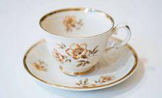 1940-luku: Myrna Sota-ajan kurjuuden keskellä ja sen jälkeen astiakaappiin toi kaivattua juhlaa Myrna-sarja, jonka kultakoriste teki kahvihetkestä erityisen nautittavan ja ylellisen. Muutoin Myrna ei väreillään räiskynyt. Koristeen suunnitteli Olga Osol. Tea Cups, Retro, Tableware, Dinnerware, Tablewares, Retro Illustration, Dishes, Place Settings, Cup Of Tea