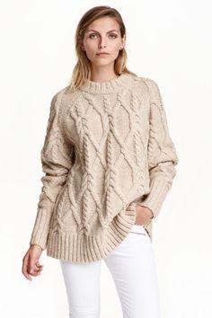Jersey en punto trenzado: Jersey en punto trenzado suave con lana en la trama. Mangas raglán largas y puños, cuello y parte inferior en punto de canalé. Corte holgado.