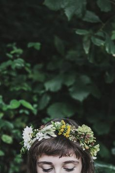 weaving a floral crown (via Bloglovin.com )