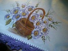 Pano de prato pintado em flores com bordos em croché.