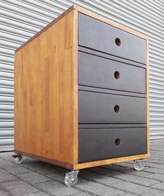 Fabricado com madeira pinus finger na cor castanheira + fórmica preta na frente das gavetas Metal, Design, House, Furniture, Home Decor, Industrial Decor, Drawers, Crates, Wood