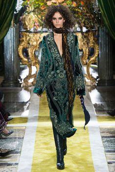 Roberto Cavalli Fall 2016 Ready-to-Wear Collection - Vogue 70s Fashion, Runway Fashion, High Fashion, Fashion Show, Fashion Design, Milan Fashion, Fashion Weeks, Roberto Cavalli, Vogue
