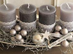 moderner Adventskranz ★ Merry XMAS ★ Die längliche Edelstahl-Schale in Schiffchenform wurde mit 2 etwas heller grauen und 2 dunkler grauen durchgefärbten Kerzen bestückt. Diese wurden mit...