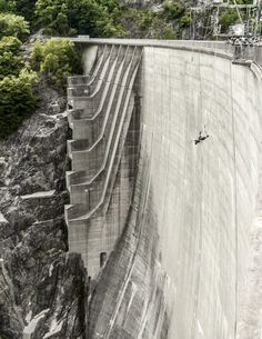 Presa del Valle de Verzasca, Suiza. Si James Bond se animó a hacerlo, este debe ser uno de los mejores saltos del mundo. El doble de riesgo Pierce Brosnan tardó una semana en tomar coraje para concretar la escena. Finalmente, se lanzó en una caída libre de 7,5 segundos por Contra, el muro de la represa de 220 metros de altura y 380 de anchura. Los verdaderos fanáticos de los deportes extremos le dan prioridad a esta aventura.