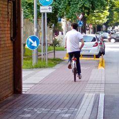 """""""Visto che i ferraresi vanno in bicicletta, ci vado anche io!"""". Foto e commento di Yvette Miafo Teguela. La foto fa parte della mostra (ri)SCATTI: #Ferrara vista dagli occhi di #rifugiati e richiedenti #asilo che vivono qui. #Myferrara #comunediferrara #coopcamelot #igersferrara #bicicletta #criticalmass #bicycle #bike #cittadellebiciclette"""