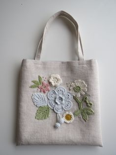 お花のモチーフ*リネンのミニバッグ(ブルー)画像1 Embroidery Purse, Rustic Fabric, Jute Bags, Craft Bags, Patchwork Bags, Denim Bag, Fabric Bags, Crochet Purses, Crochet Accessories