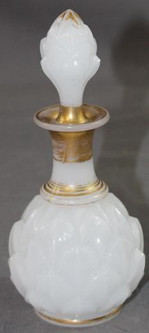 Flacon à parfum en verre opalin blanc à décor d ananas et filets