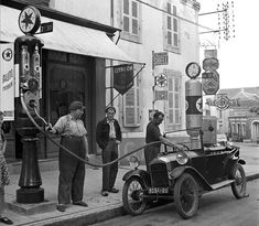 See also Willy Ronis, the eye of Paris Photography . & Dutch Eyes Lies Wiegman People of Paris Photography . & Women in Paris . Old Gas Pumps, Vintage Gas Pumps, Drive In, Old Pictures, Old Photos, Vintage Photos, Vintage Cars, Antique Cars, Vintage Auto