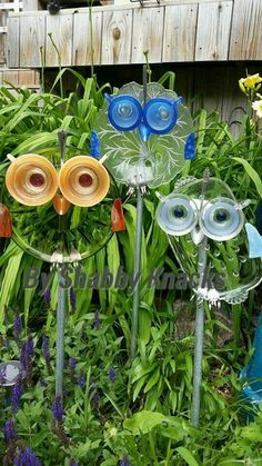 33 Ideas for yard art totems fun Garden Owl, Garden Whimsy, Diy Garden, Garden Crafts, Garden Projects, Garden Ideas, Recycled Garden Art, Recycled Glass, Blue Garden