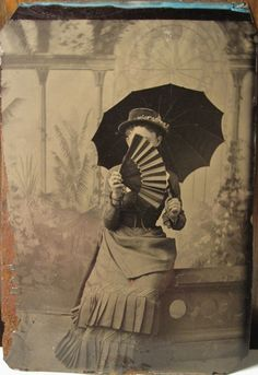 american tintype of a woman with a parasol, holding a fan in front of her face Vintage Photos Women, Antique Photos, Vintage Photographs, Old Photos, Victorian Hats, Victorian Fashion, Vintage Oddities, Victorian Photography, Scary Games