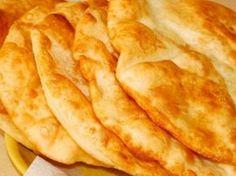 Пышный лангош по-венгерски Лангош — в переводе с венгерского значит «пламенный». Скорее всего, это превосходное горячее блюдо называется так, потому что жарится в кипящем масле и подается со жгучим чесночным соусом. Чаще всего лангош продают на ярмарках и в уличных лавках в Венгрии и близлежащих странах. Некоторые исследователи считают, что эти лепешки попали в Восточную Европу еще во времена турецкого ига. Другие же предполагают, что их пекли еще в древнеримские времена. В любом случае…