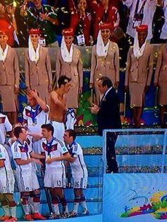 Platini le pide la camiseta a Ozil