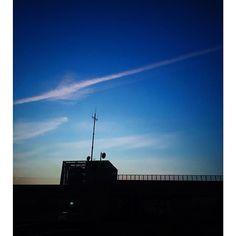 ふと空を見上げたら、大きな飛行機雲。空気が澄んで気持ち良かった。#飛行機雲 #発見 #イマソラ #そら #そらいろ #夕方の空 #今日は土曜日 #明日晴れるかな #wonderfuljapan #love #instasky