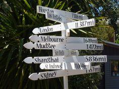 Tout à commencé le jour où je suis morte...bon, je ne l'ai jamais vraiment été mais disons que le début, c'est quand une vie totalement différente de la mienne mais semblable à mes souhaits les plus enfouis s'est présentée sous la forme d'une flèche de GPS vers le paradis : la Nouvelle Zélande. Par paradis, je n'entends pas vraiment, paysages, voyages, sports de haute voltige...mais plutôt la possibilité de vivre en toute liberté le bordel géants et indescriptible qui a toujours constitué…