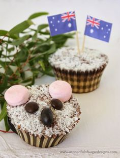 Every Australia Day celebration needs Koala Cupcakes: Lamington cupcakes with pink marshmallows, brown M&M's, and black jelly beans. Australian Party, Australian Food, Australian Desserts, Australian Animals, Snack Recipes, Dessert Recipes, Snacks, Yummy Recipes, Recipies