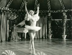 I knew Audrey Hepburn had trained as a ballet dancer, but I had never seen photos of her from this period before. Audrey Hepburn Ballet, Young Audrey Hepburn, Popular Actresses, British Actresses, Serge Reggiani, Ballet Beau, Norma Shearer, Dance Tights, Roman Holiday