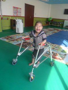 Cuando nuestra directora del programa de acogida, visitó este orfanato en Shandong en marzo, le contaron que no tenían ningún andador para los niños. Gracias a nuestra coordinadora de Fisioterapia, y nuestra manager en Beijing, hemos podido mandar dos a través de unos viajeros desde EEUU. ¿No es una sonrisa maravillosa?
