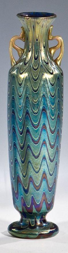 Henkelvase ''Dunkelblau Phänomen Gre 6893'' Loetz Wwe., Klostermühle, 1900 Farbloses Glas, dunkelblau unterfangen