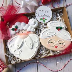 Fancy Cookies, Iced Cookies, Cute Cookies, Royal Icing Cookies, Cupcake Cookies, Cookies Et Biscuits, Christmas Sugar Cookies, Holiday Cookies, Christmas Desserts
