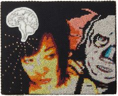 Suvi Aarnio yhdistää käsityötä ja kuvataidetta. Hänen kirjontatöitään on esillä tabula-o-rama avajaisnäyttelyssä. Aarnio tunnetaan myös burleskitaiteilijana nimellä Kiki Hawaiji.